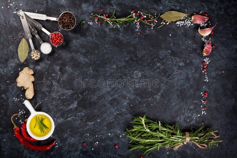 Kruiden en kruiden over zwarte steen stock fotografie
