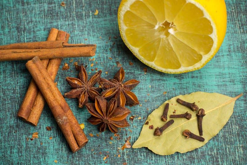 Kruiden en kruiden Voedsel, keukeningrediënten, kaneel, kruidnagel, anijsplant, citroen royalty-vrije stock afbeelding