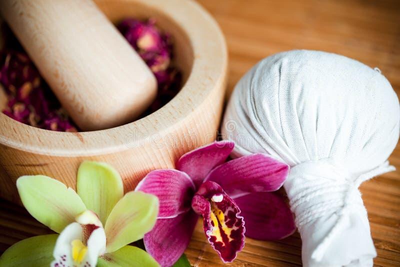 Kruiden en massagekompres stock afbeelding