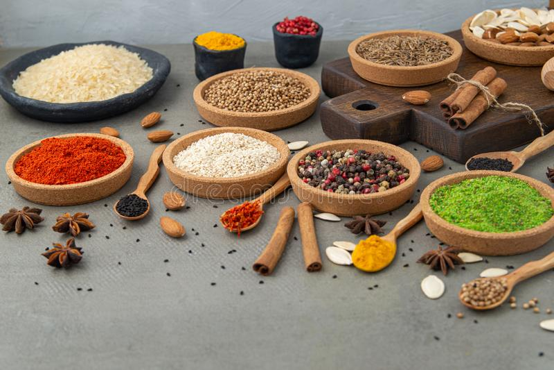 Kruiden en kruiden voor het koken in de samenstelling op de lijst stock afbeeldingen