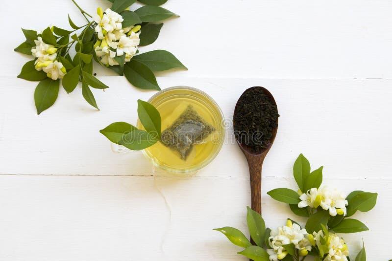 Kruiden gezonde dranken hete groene thee met fijngestampte bladthee royalty-vrije stock foto