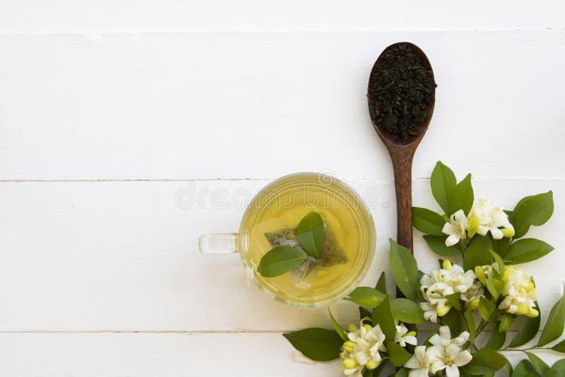 Kruiden gezonde dranken hete groene thee met fijngestampte bladthee stock foto