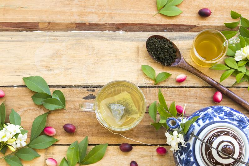 Kruiden gezonde dranken hete groene thee met fijngestampte bladthee royalty-vrije stock fotografie