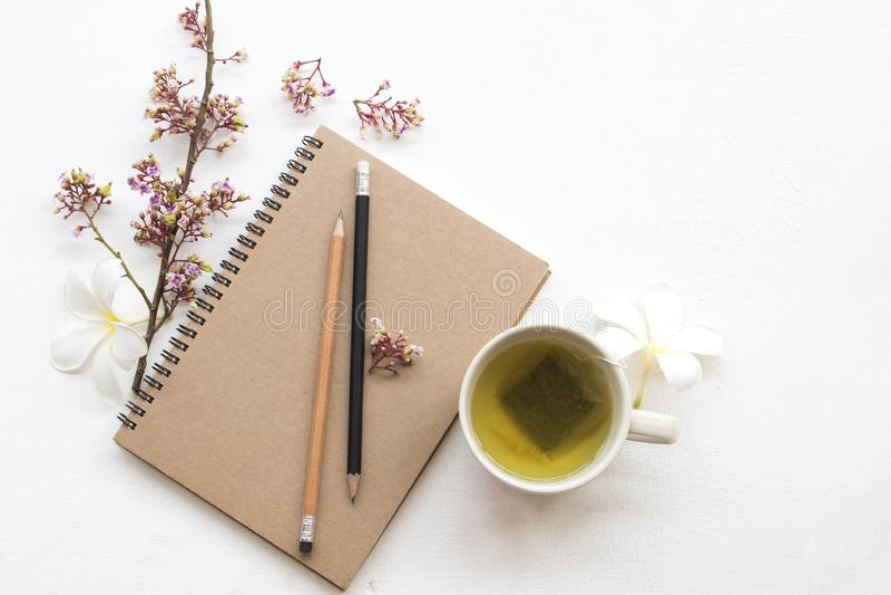 Kruiden gezonde dranken hete groene thee met notitieboekje royalty-vrije stock afbeelding