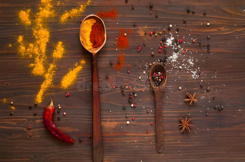 Kruiden, houten lepels en ingrediënten op een donkere achtergrond Achtergrond met kruiden Hoogste mening Sluit omhoog stock foto's