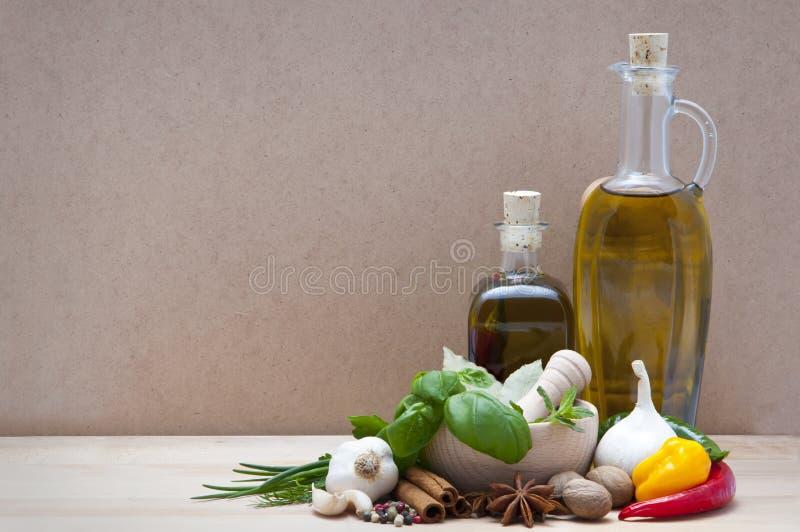 Kruiden, kruiden en olijfolie stock foto's