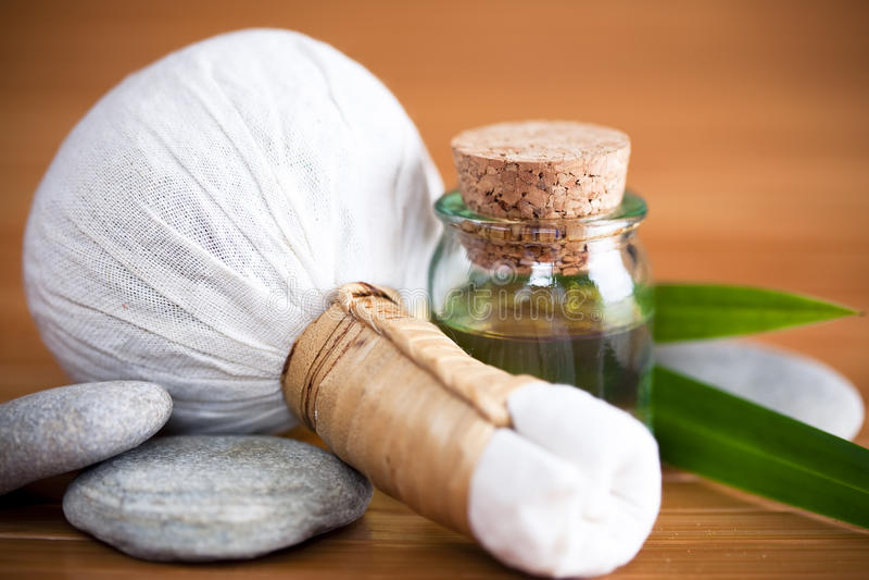 Kruiden massagekompres stock afbeelding