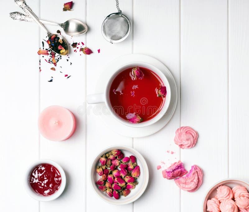 Kruiden nam thee, droge rozen en andere roze gekleurde voorwerpen toe stock foto's
