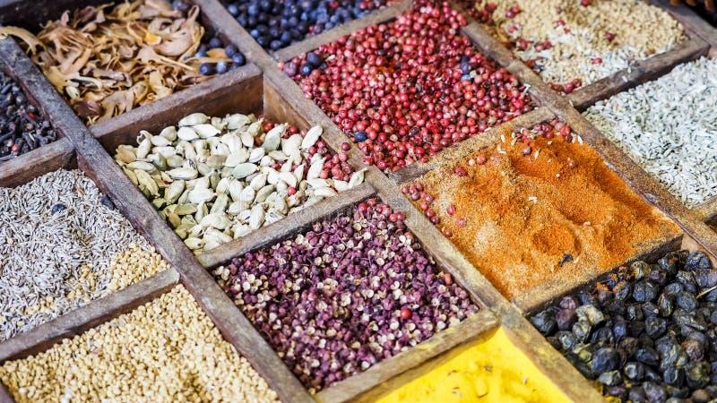 Kruiden van het inzamelings de kleurrijke mozaïek in houten doos Assortiment van specerij kokend ingrediënt Kruidenachtergrond stock afbeeldingen