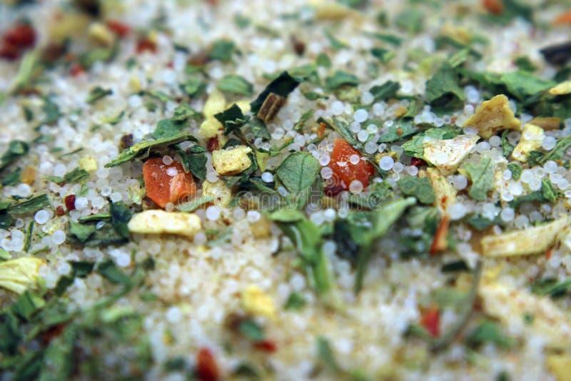 Kruiden van zout en kruiden met droge wortelen als achtergrond stock afbeeldingen