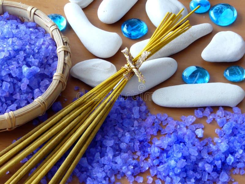 Kruiden zout, aromastokken en zen stenen royalty-vrije stock afbeeldingen