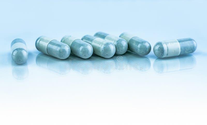 Kruidengeneeskunde in capsulepillen op witte achtergrond Het alternatieve Concept van de Geneeskunde Poeder van kruidenvulling en stock foto's