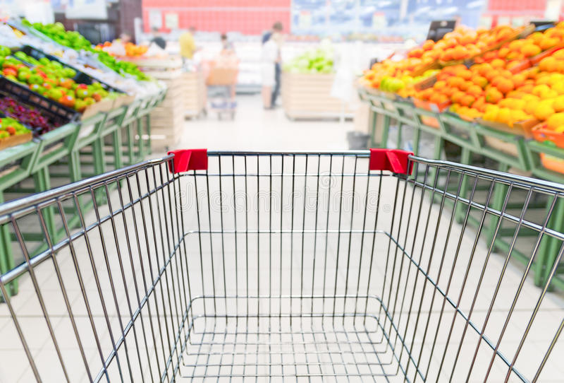 Kruidenierswinkelkar in fruitministerie van supermarkt stock afbeelding
