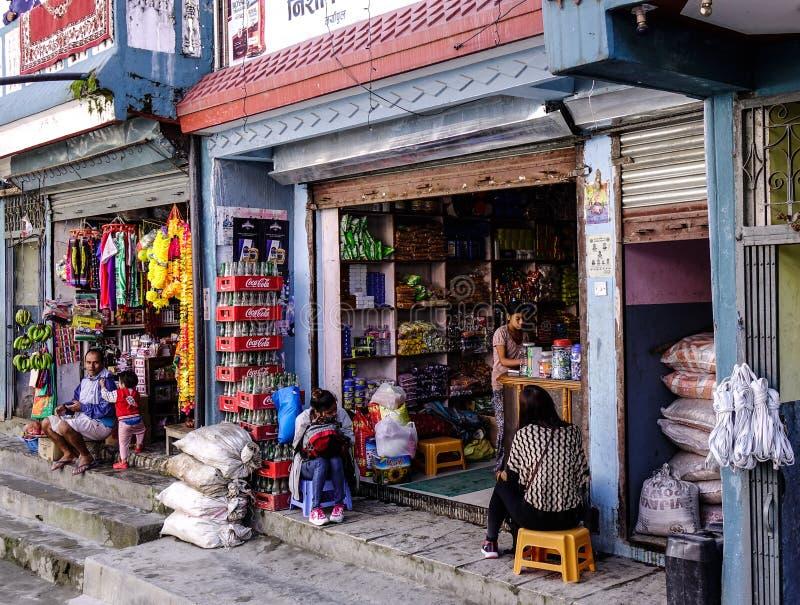 Kruidenierswinkelopslag in Pokhara, Nepal stock foto's