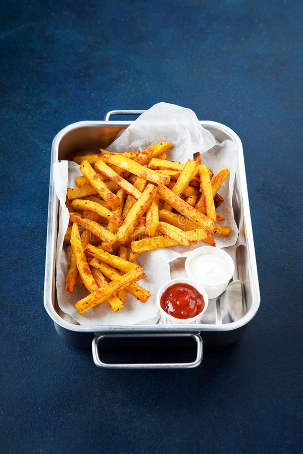 Kruidenkerrie gebraden aardappels stock foto's