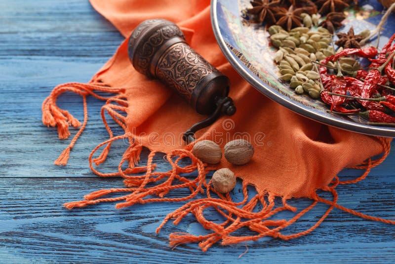 Kruidenmolen en diverse aromatische kruiden op plaat royalty-vrije stock afbeeldingen