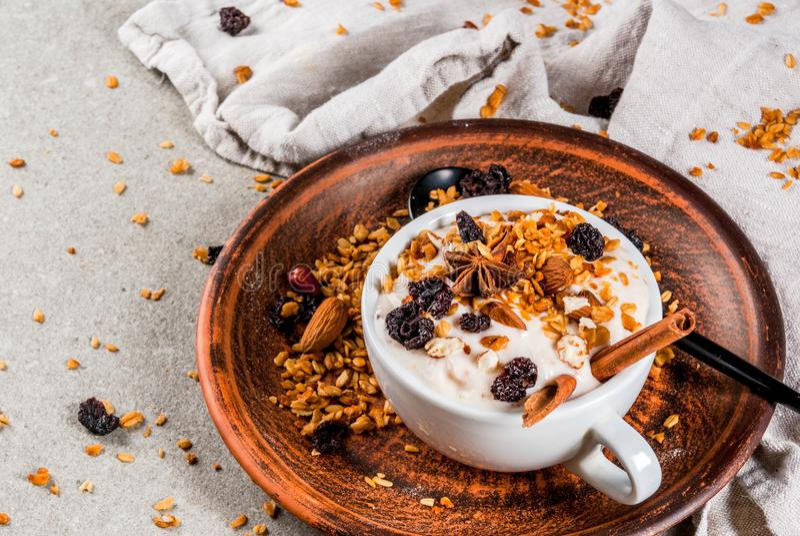 Kruidig de herfst en de winterontbijt met granola, royalty-vrije stock foto's
