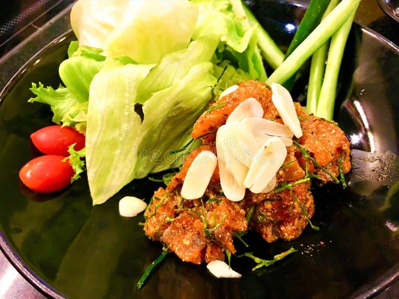 Kruidig fijngehakt Salmon Salad met salade stock foto