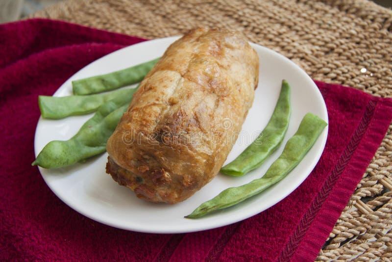 Kruidig kippenbroodje op rood servet stock foto's