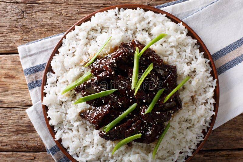 Kruidig Mongools rundvlees met rijstclose-up horizontale hoogste mening stock afbeeldingen