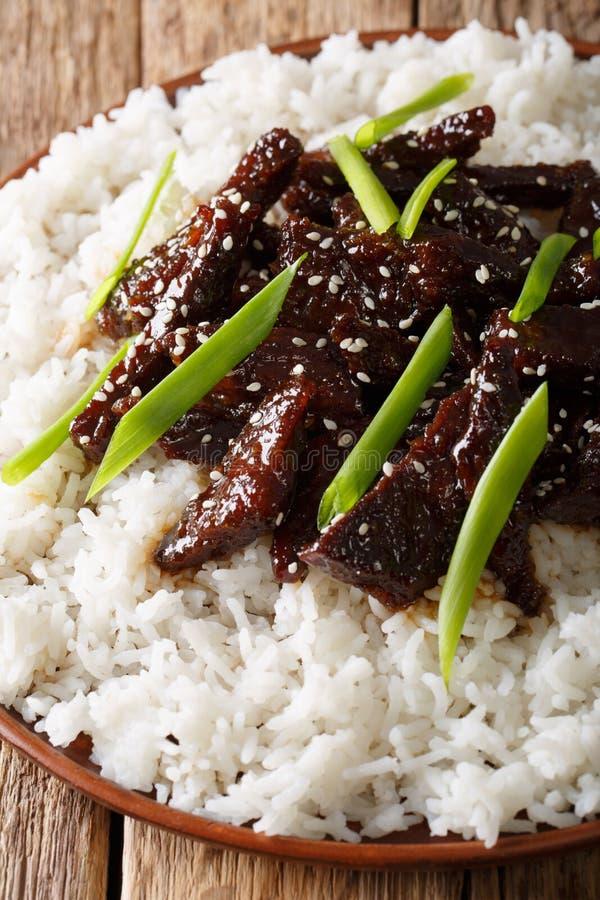 Kruidig Mongools rundvlees met rijstclose-up verticaal royalty-vrije stock foto