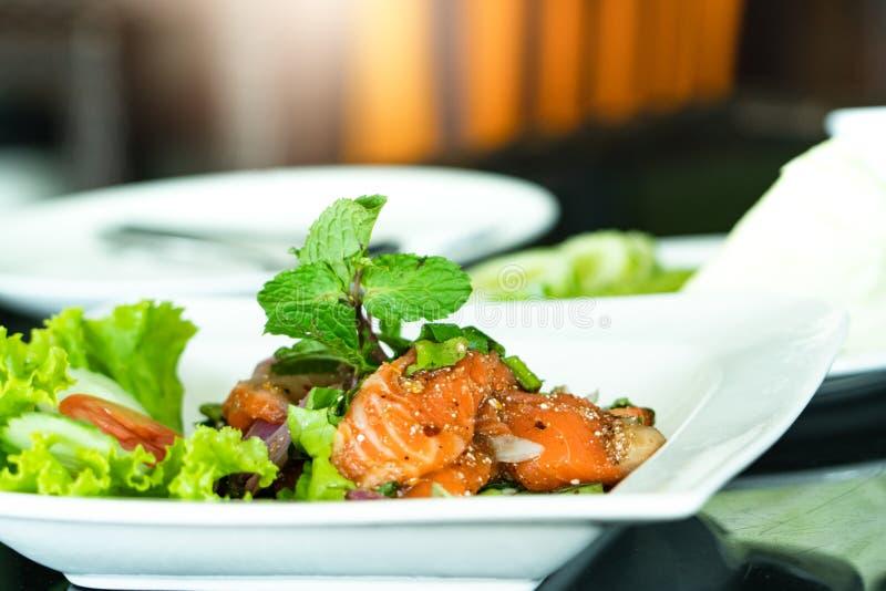 Kruidig Salmon Salad met vers munt en basilicum, Thaise voedselstijl Naar huis gemaakt voedsel Concept voor een smakelijke en gez royalty-vrije stock foto's