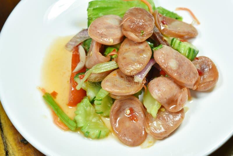 Kruidige Chinese varkensvleesworst met plantaardige Thaise salade op plaat stock afbeeldingen