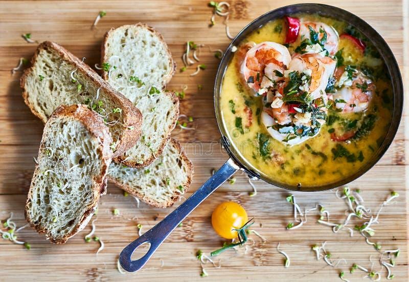 Kruidige de Garnalengarnalen van knoflookspaanse pepers op pan met citroen en koriander stock foto's