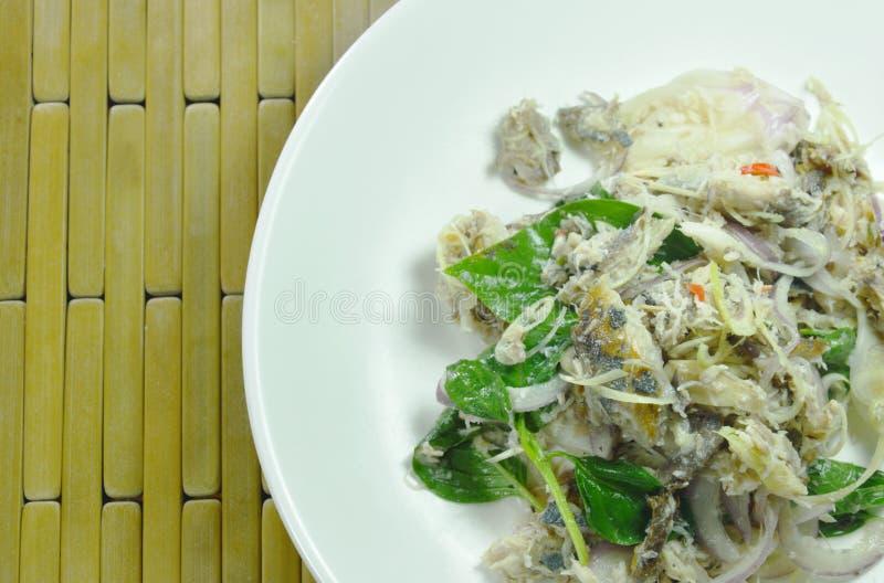 Kruidige fijngehakte makreel met kruid Thaise salade op schotel royalty-vrije stock afbeeldingen