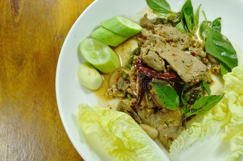 kruidige fijngehakte varkensvlees en lever Thaise salade met verse groente op plaat stock afbeeldingen