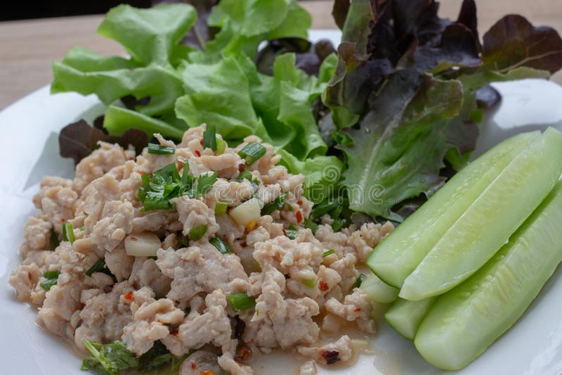 Kruidige fijngehakte varkensvleessalade Schoon voedsel stock fotografie