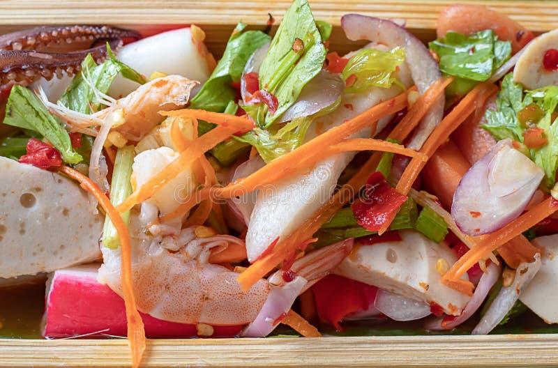 Kruidige garnalen en pijlinktvis met groenten in bamboe royalty-vrije stock foto's