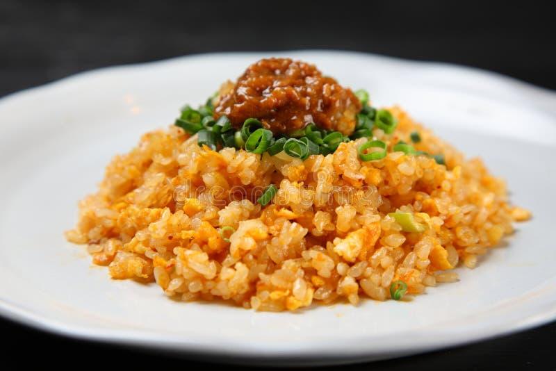 Kruidige gebraden rijst op een eettafel stock afbeelding