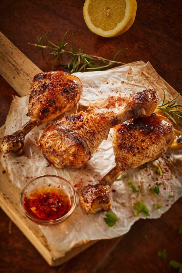 Kruidige gekruide die kippenbenen in Spaanse peper worden gemarineerd stock foto's