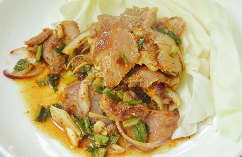 Kruidige geroosterde varkensvlees Thaise salade met verse kool op schotel royalty-vrije stock afbeeldingen