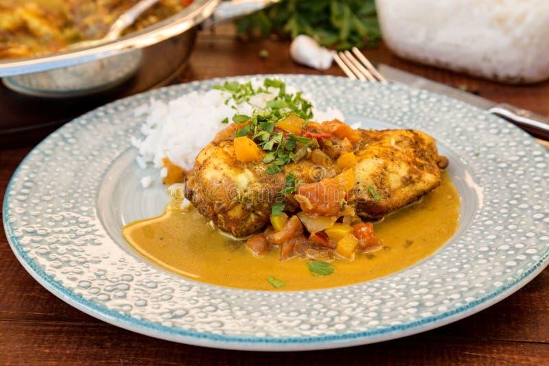Kruidige kip in een saus met kokosmelk royalty-vrije stock afbeelding