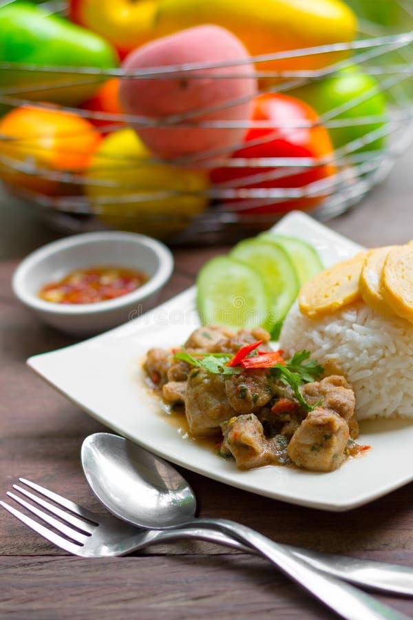 Kruidige kip met rijst en gesneden broodje gebraden ei stock fotografie