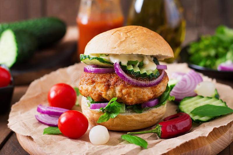 Kruidige kippenburgers met tomaat en aubergine - sandwich royalty-vrije stock foto's