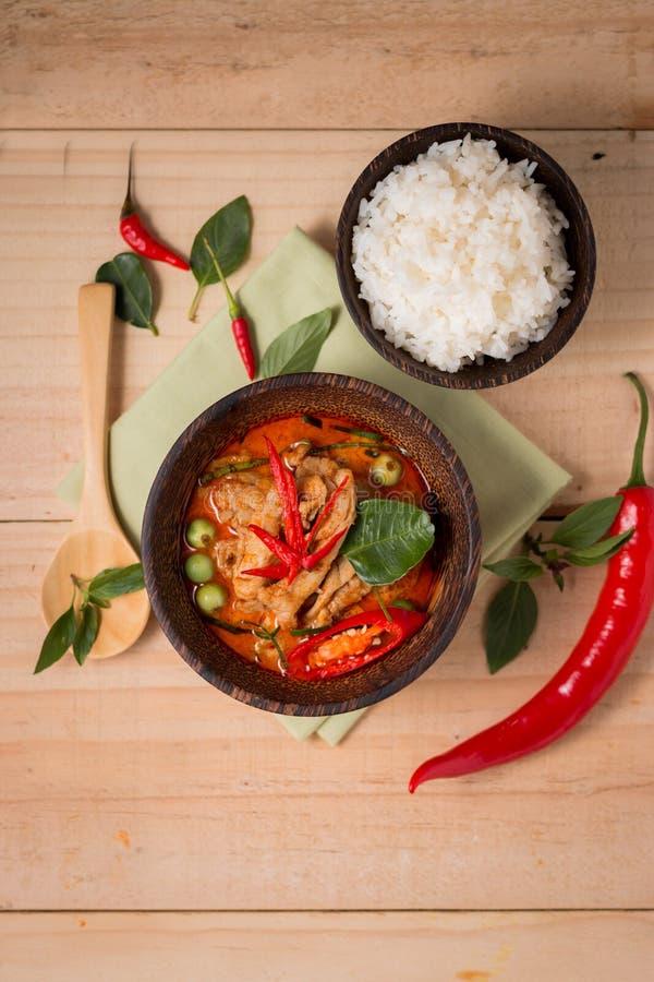 Kruidige kippenkerrie met rijst, populair Thais voedsel op houten backgr stock afbeelding