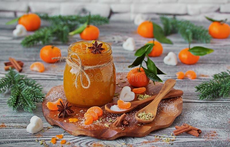 Kruidige Mandarin jam met venkel en kaneel in een glaskruik stock afbeelding