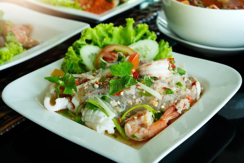 Kruidige noedelsalade, kruidige vermicellisalade met verse garnalen en pijlinktvis, Thaise voedselstijl Naar huis gemaakt voedsel stock foto