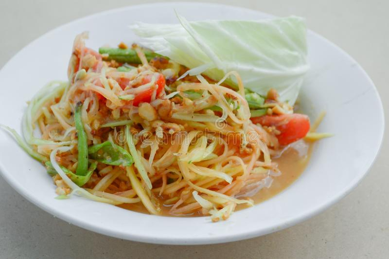 Kruidige papajasalade - het gezonde voedsel van Thailand stock afbeeldingen