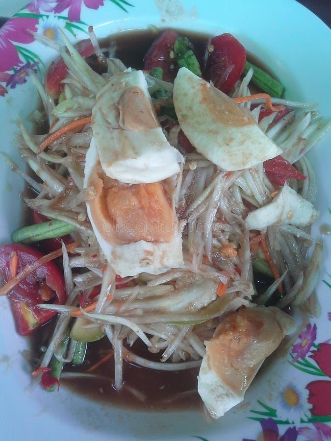 Kruidige Papajasalade met gezouten eieren royalty-vrije stock afbeeldingen