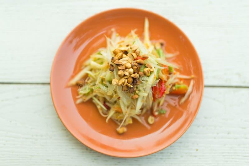 Kruidige papajasalade met pinda, linzen en groente stock fotografie