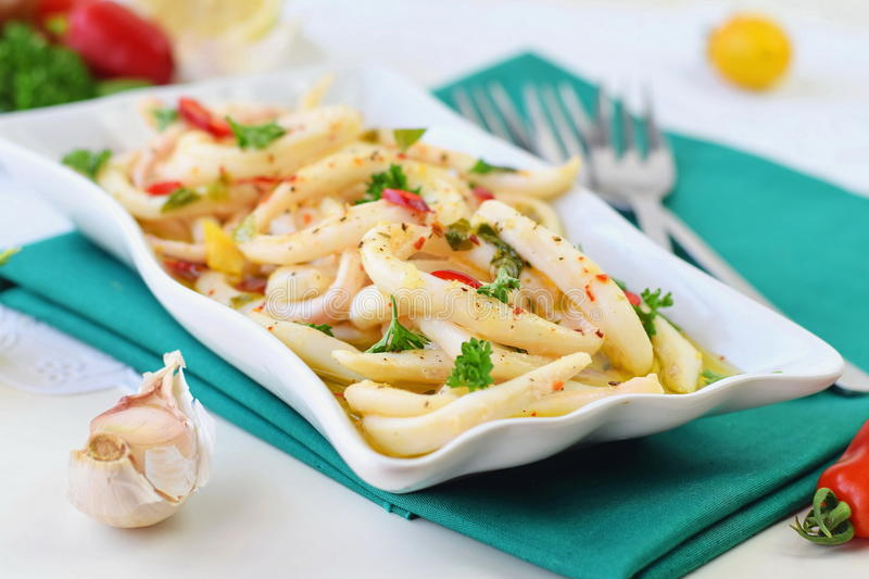 Kruidige pijlinktvissen met olijfolie, Spaanse peperspeper, citroensap, Spaanse peperspoeder Gezond voedselconcept Mediterranianl stock foto's
