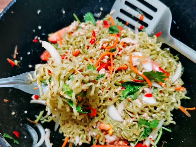 Kruidige plantaardige noedelssalade met tomaat, Snelle lunch, Aziatisch voedsel royalty-vrije stock afbeeldingen