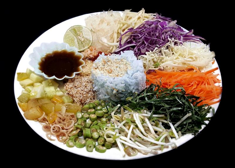 kruidige rijstsalade met groente royalty-vrije stock fotografie