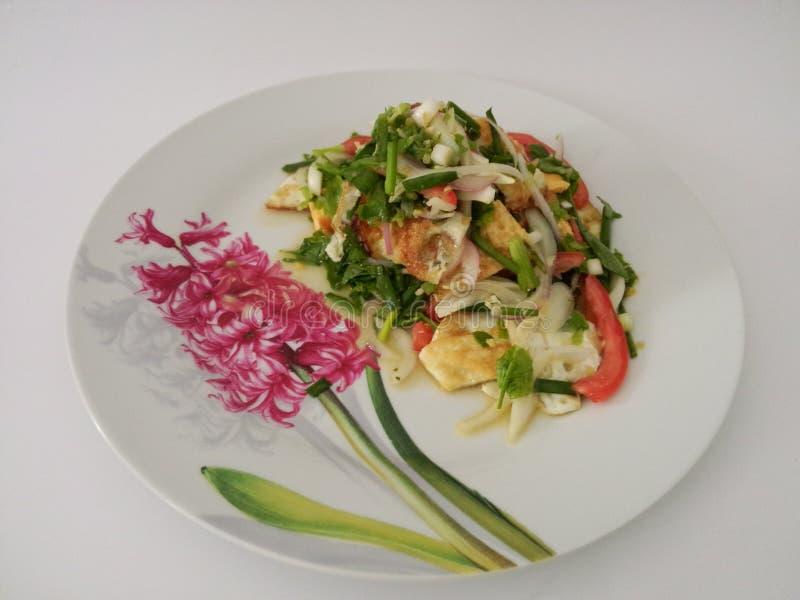 Kruidige salade met in brand gestoken eieren stock foto's