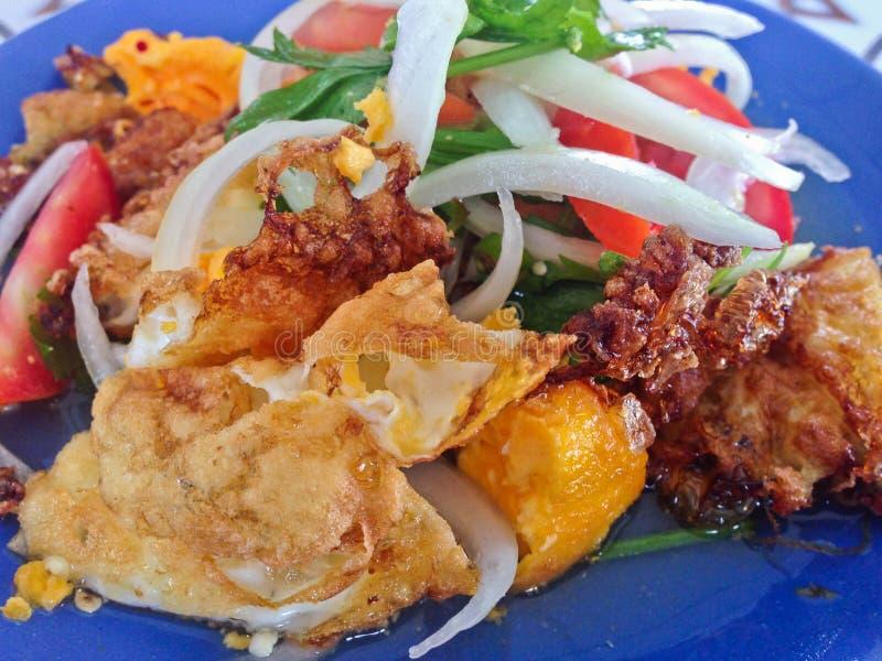 Kruidige salade met gebraden eieren, Thais Kruidig Voedsel, Thaise Keuken, Gezond Thais Voedsel stock foto