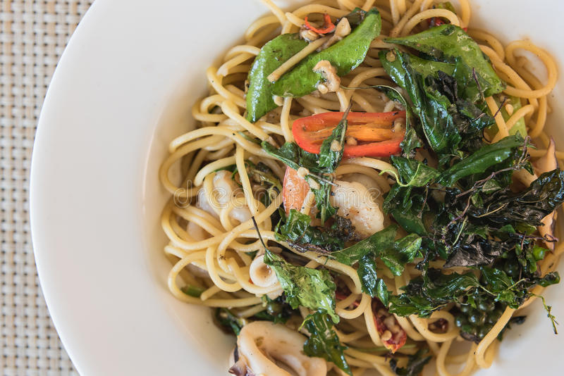 Kruidige Spagetti-zeevruchten op houten lijst royalty-vrije stock afbeelding